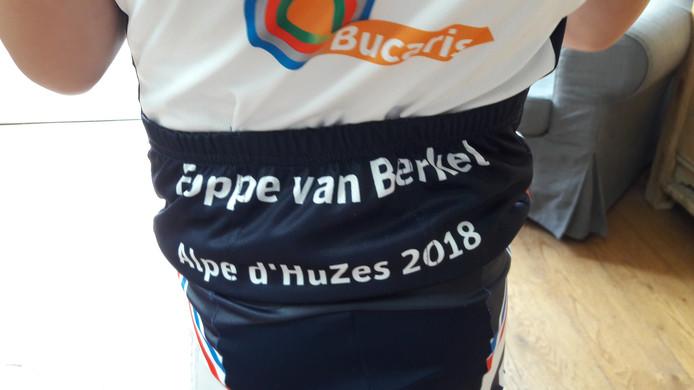 Als Foppe straks op de fiets zit staat zijn naam op zijn kont.