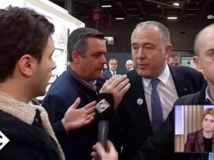 Enervé par une question gênante, ce ministre français arrache le micro du journaliste