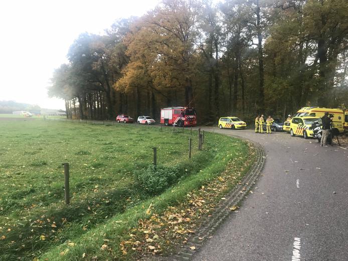 Het ongeluk gebeurde in een bos aan de Zonnenbergstraat. Links op de foto de gelande traumahelikopter.