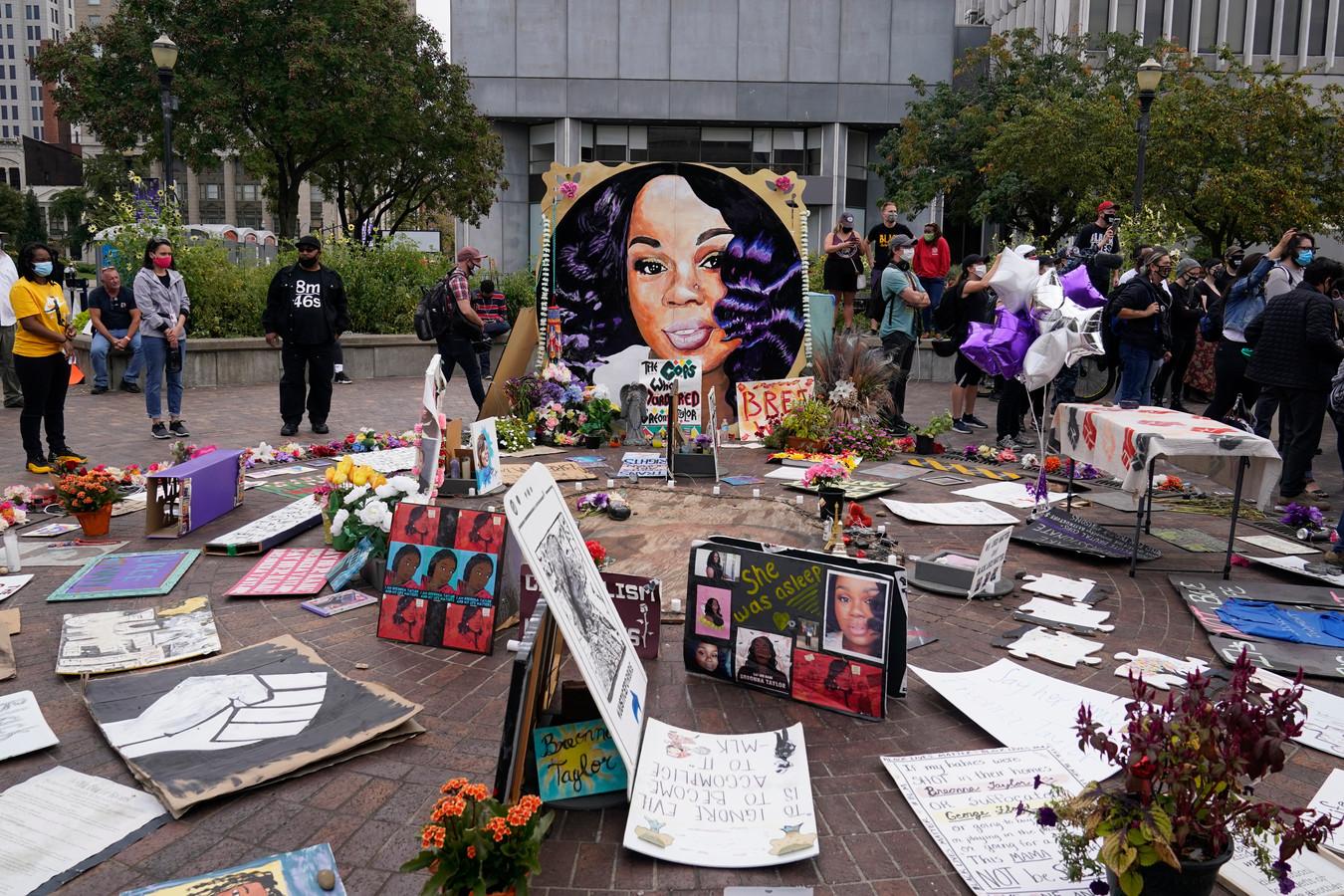 Mensen verzamelen zich op de gedenkplaats voor Breonna Taylor in Louisville in afwachting van de behandeling van de beschuldigingen tegen de drie politiemensen.