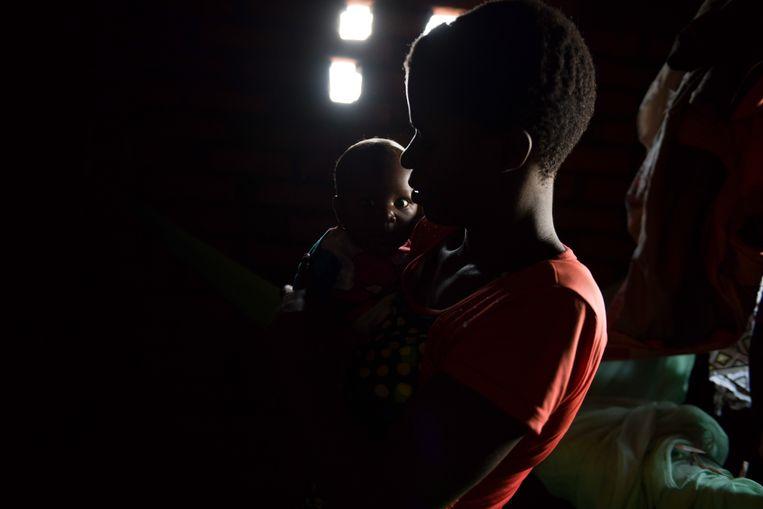 Violet Wilson (26) en haar zoontje, thuis in Nkwazi. Beeld Thoko Chikondi