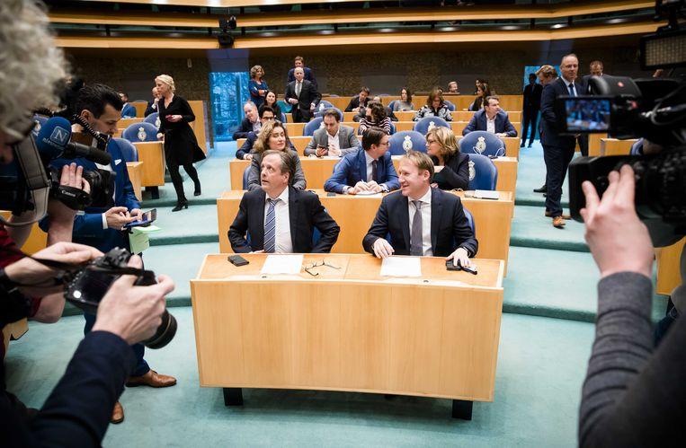 D66'ers Pechtold en Verhoeven in de Kamer, tijdens de stemming over afschaffing van het raadgevend referendum. Beeld ANP