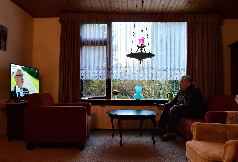 Een zelfstandig wonende oudere doodt de tijd met kijken naar omroep Max. Beeld Marcel van den Bergh / de Volkskrant