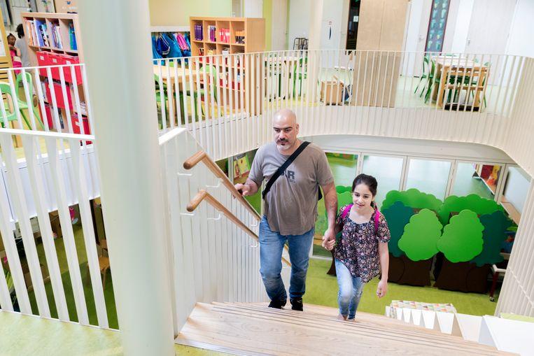 Shawki Abdulkader met zijn dochter. Beeld Inge van Mill