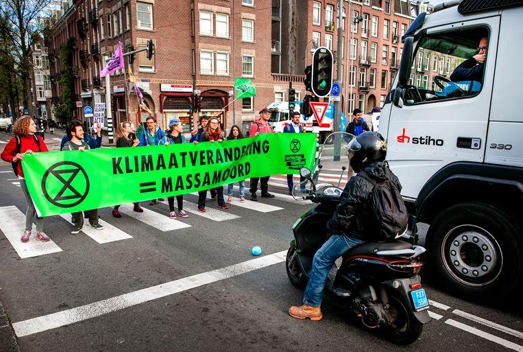 De activisten mogen wel demonstreren, maar geen blokkades opwerpen.  Beeld Remko de Waal/ANP