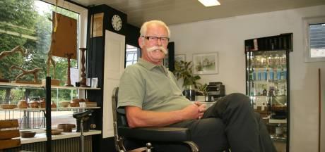 Royaal besnorde kapper 'Snelle Rien' uit Moordrecht overleden