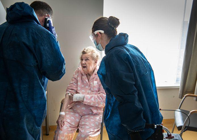 Verpleegkundige Koen en stagiaire Quirine ontfermen zich in het Catharina Ziekenhuis in Eindhoven over mevrouw Meijer.