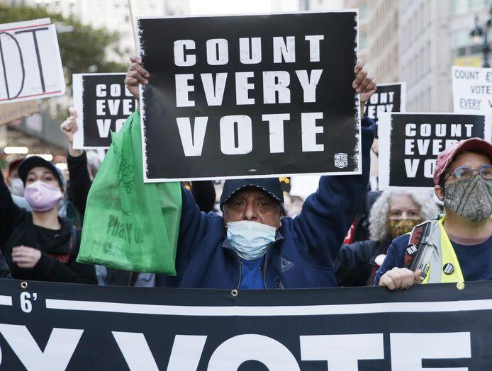 In de stad New York eisen betogers dat alle stemmen worden geteld.