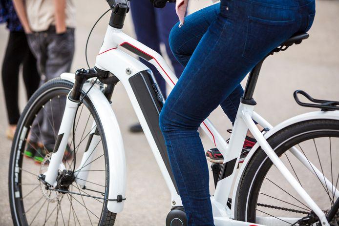 Een vrouw op een e-bike.