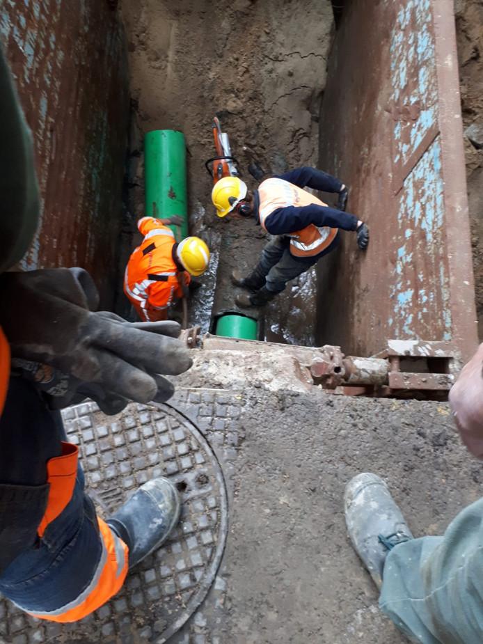 Medewerkers dichten de sinkhole in Enschede.