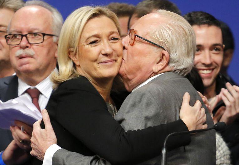 Jean-Marie Le Pen kust zijn dochter Marine. Beeld ap