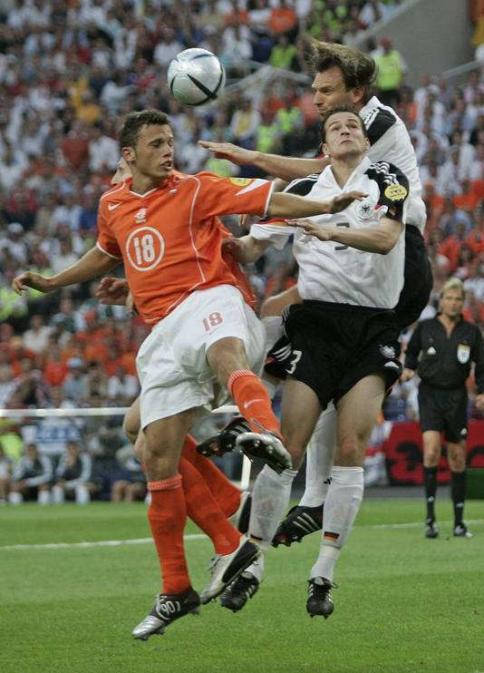 Johnny Heitinga in duel met Arne Friedrich tijdens Duitsland Nederland op het EK in 2004 in Portugal. © ANP