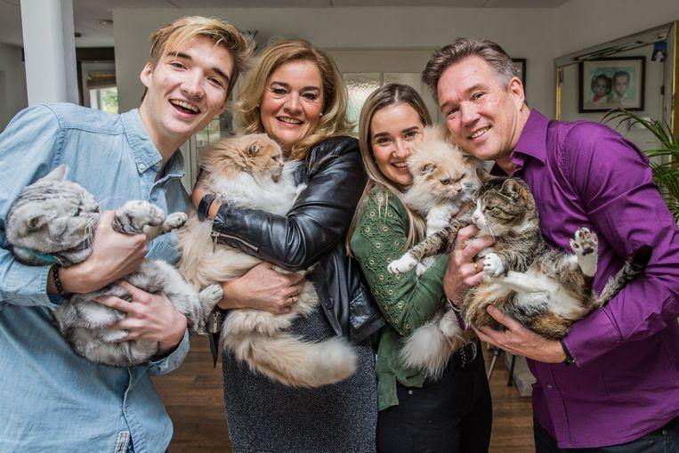 De familie Latooy: zoon Giovanni, moeder Louise, dochter Melanie en vader Marcel. Beeld Shody Careman
