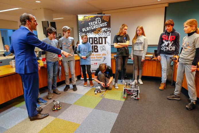 Robotteams uit de regio gingen 'op de ranja' bij wethouder Stijn Steenbakkers. Die kondigde de Robot Hub voor Brainport aan.