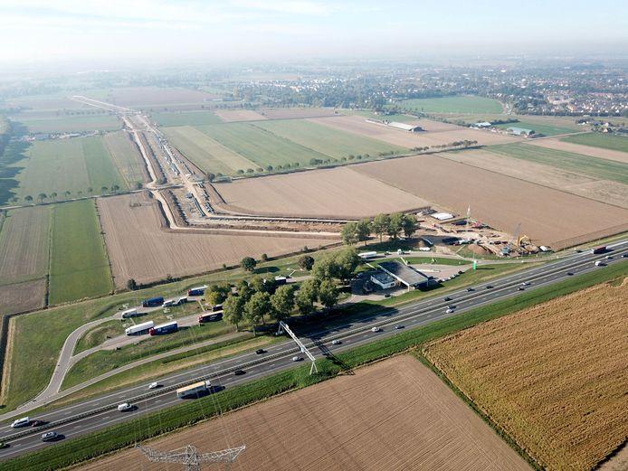 De contouren van de verlengde A15 bij Duiven vanuit de lucht.
