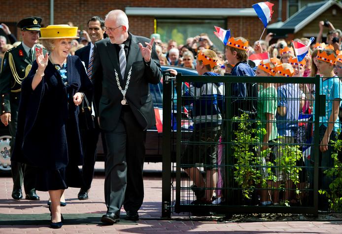Koningin Beatrix met  Meindert Schollema in Oude Pekela voor de opening van de nieuwe brede school.