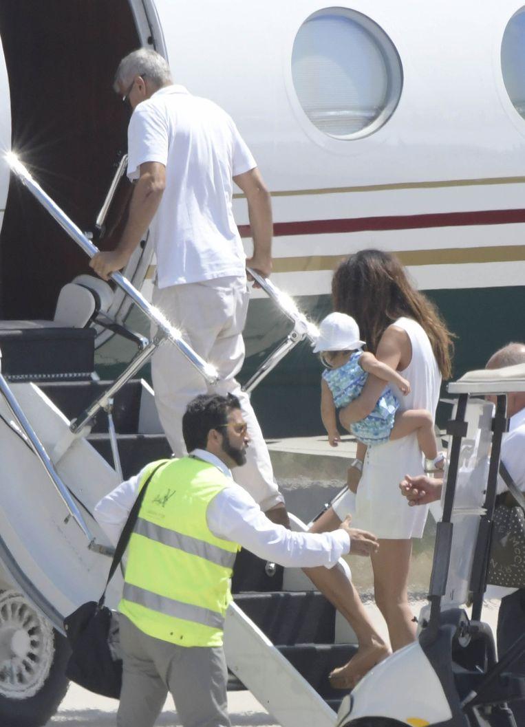 George Clooney verlaat Sardinië in zijn privéjet.