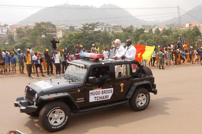 Bondscoach Hugo Broos en  zijn spelers bij de parade in Yaoundé na het winnen van de Afrika Cup in 2017.