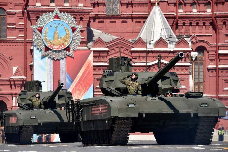 Ruslands nieuwste tank, de T-14 Armata, rijdt over het Rode Plein. De tank is uitgegroeid tot het symbool van de modernisering van de Russische krijgsmacht. Beeld AFP