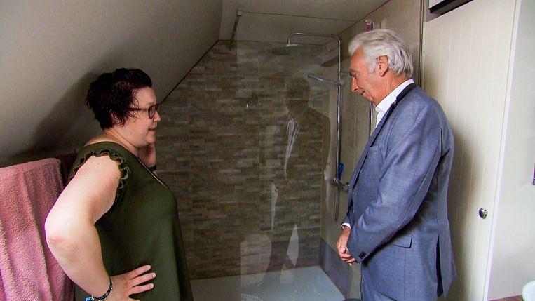 Kahina toont de douche aan vrederechter Alberic Deroeck.