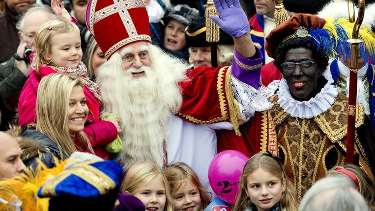 Maxima met haar kinderen, de prinsessen Amalia, Alexia en Ariane tijdens de intocht van Sinterklaas in Scheveningen in 2012.. Beeld anp