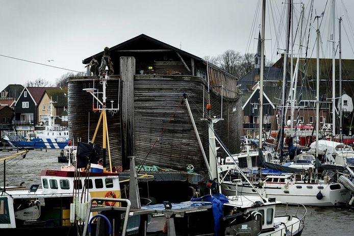 Beeld van de storm op 3 januari 2018 in de haven van Urk.