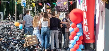 Pizzadozen op straat en in Zwolse gracht door stuntactie pizzeria