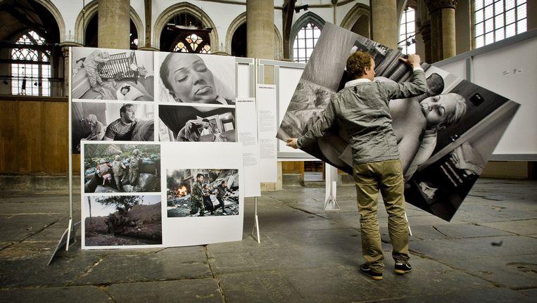 Het opbouwen van een fototentoonstelling in de Oude Kerk in 2010. Beeld ANP