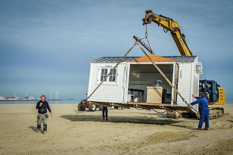 De opbouw van de strandbars tijdens de coronapandemie.