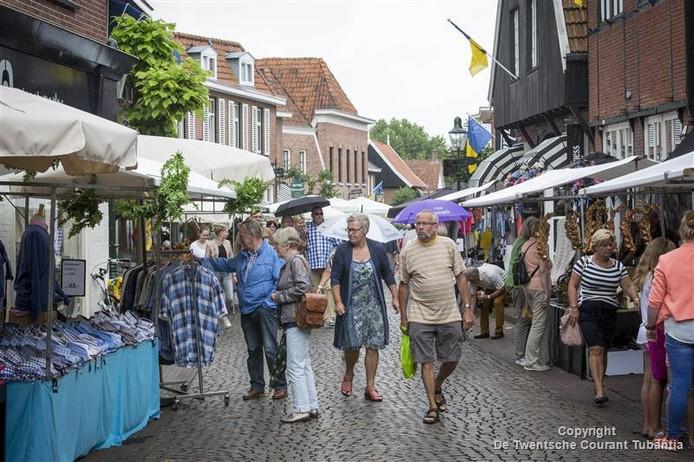 Bezoekers slenteren langs de kraampjes tijdens de siepelmarkt.