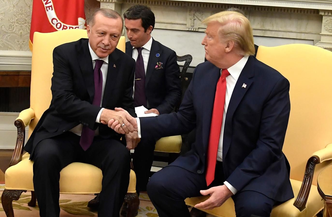 President Trump schudt de hand van zijn Turkse ambtsgenoot Recep Tayyip Erdogan.