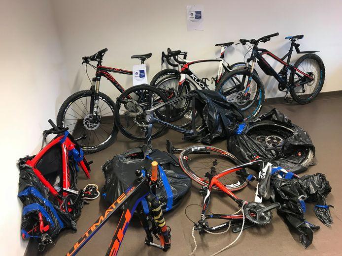 Het duo stal fietsen in Menen.