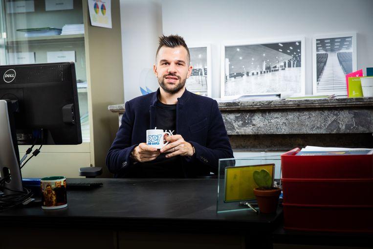 Professor Stijn Baert houdt het op z'n werk bescheiden: hij drinkt wél koffie uit een mok van 'DDT Oké Cars'.