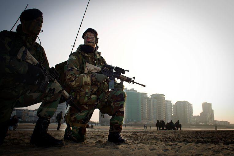 Het Korps Mariniers voert een oefenlanding uit op het strand van Vlissingen.  Beeld ANP
