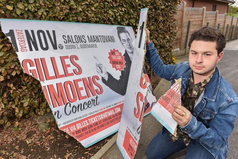 Gilles Simoens bij een vernield bord dat zijn concert moet aankondigen.