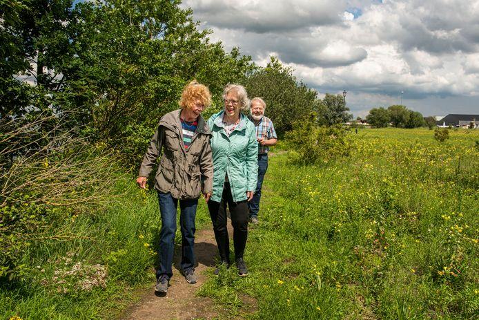Jurgen Konig (achter) wandelt met Jeannette Bosch (midden) en haar zus tussen de bloemetjes.