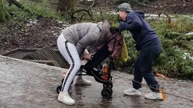 Moeder begeeft zich op wel heel glad ijs met kinderwagen