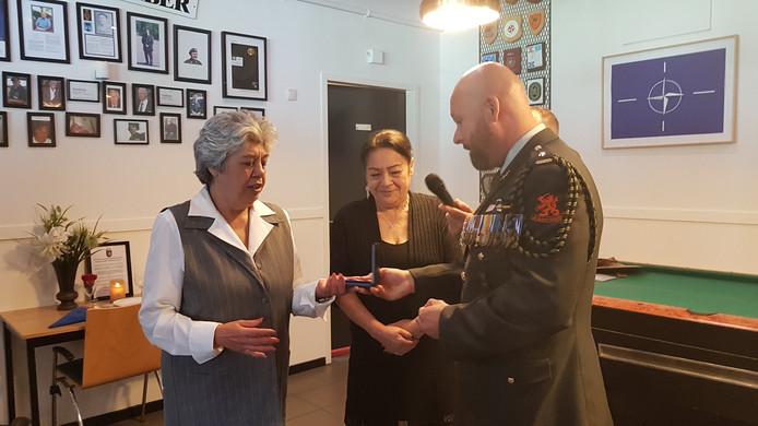 Zussen Heidi (links) en Wilma Lammers - van Bueren ontvingen uit handen van Marco Kroon postuum een aantal medailles voor hun vader Ben