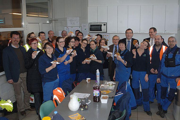 Het personeel van Imog smult wafels na het behalen van de prestigieuze trofee