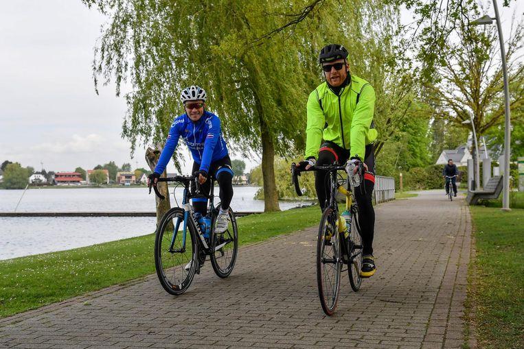 De wielertoeristen vertrokken aan het Donkmeer.