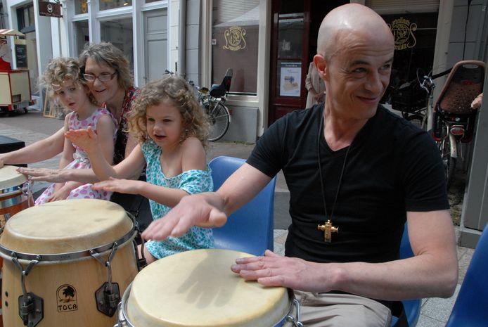 Docent Erik Hanegraaf geeft het ritme aan op de Cubaanse conga