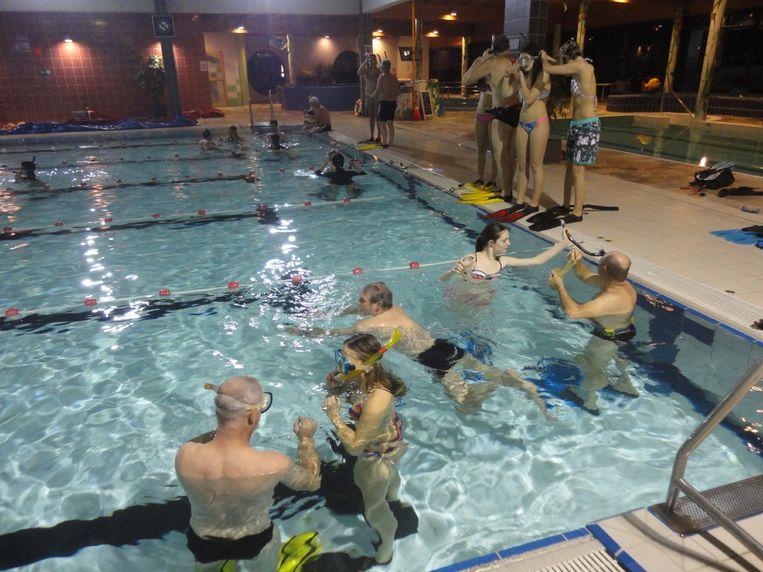 De volleybalmeisjes uit Zandhoven volgen een duikinitiatie in het zwembad De Waterperels in Lier.