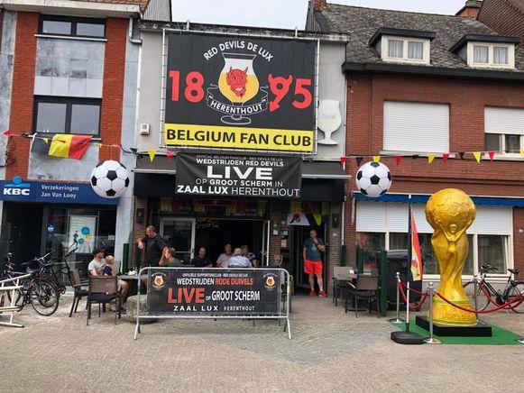 Het grote spandoek van de supportersclub prijkt gedurende het ganse jaar tegen de voorgevel van café Lux