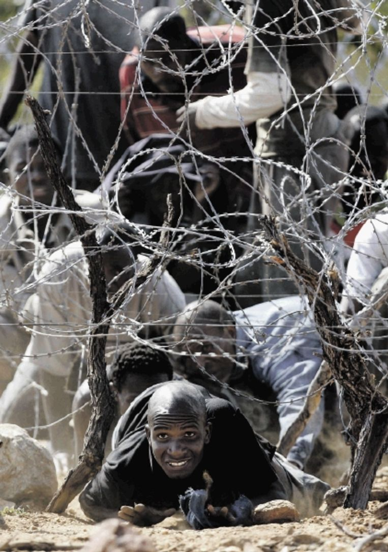 Vluchtelingen uit Zimbabwe steken de grens over naar Zuid-Afrika. ( FOTO AP) Beeld AP