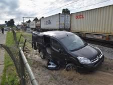 Dronkenlap vliegt door hek en belandt op spoor in Oisterwijk