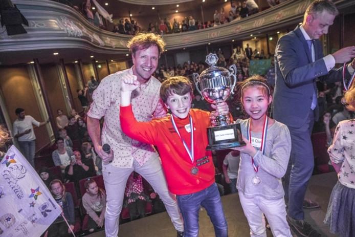 De winnaars van de Grote Verkeersquiz 2018 in schouwburg Odeon, Parkschool-leerlingen Joost en Jin Qiu, met presentator Klaas van Kruistum (links) en rechts wethouder verkeer Michiel van Willigen.