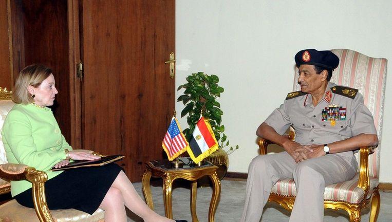 Tantawi (rechts) met de nieuwe ambassadeur van de VS in Egypte, Anne Patterson, in augustus, Beeld epa
