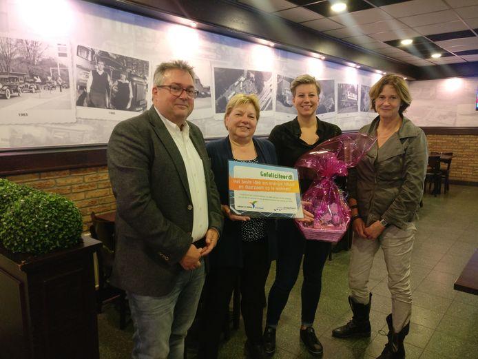 De familie Hellegers won een prijsvraag over de lokale opwekking van duurzame energie met het plan om het parkeerterrein van hun horecabedrijf Frans op den Bult te overkappen met zonnepanelen.