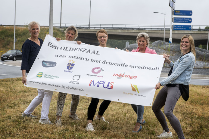 De zorgprofessionals die betrokken zijn bij een actie voor een dementievriendelijk Oldenzaal. Vanaf links: Ria Heijdens, Sylvie Mensen, Ine Bonke, Annet Meijerink en Loes Heerts.