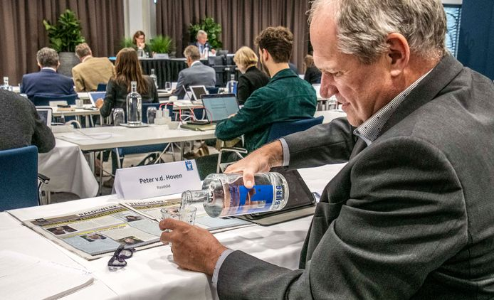 LST-raadslid Peter van den Hoven schenkt nog maar eens wat water in tijdens de ruim 12 uur durende raadsvergadering in het Koning Willem II Stadion.